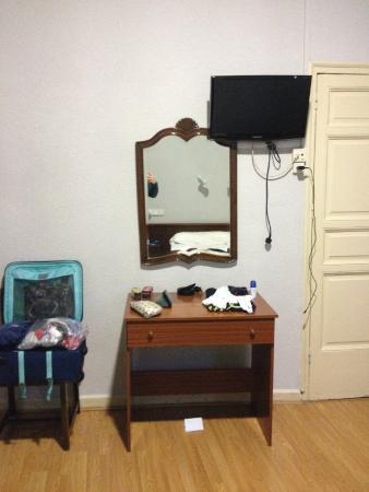 Hostal Olga: Specchio con scrivania con Tv a led