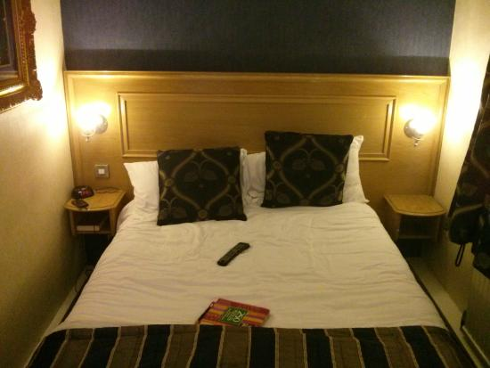 Hallmark Inn Manchester South: Tight fit down the side of the bed, though comfortable.