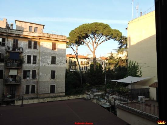Hotel Apogia Lloyd Roma: Vista da una camera interna