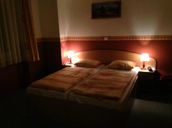 Double Room Picture Of Queen Mary Hotel Budapest Tripadvisor