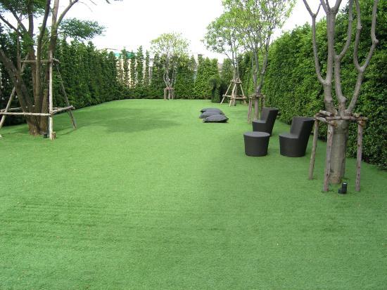 Viva Garden Serviced Residence: A small garden near the swimming pool