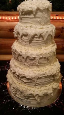 McIntosh, MN: Winter Wonderland Wedding Cake