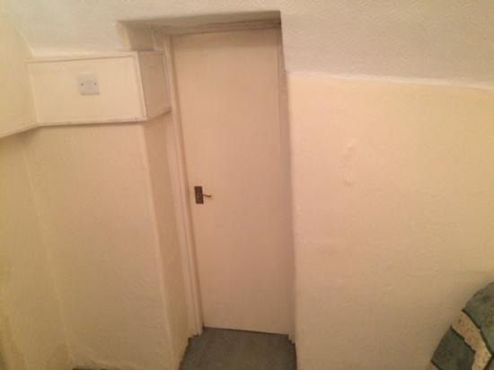 Diplomat Hotel: Door to the bathroom that doesn't fit into it's frame