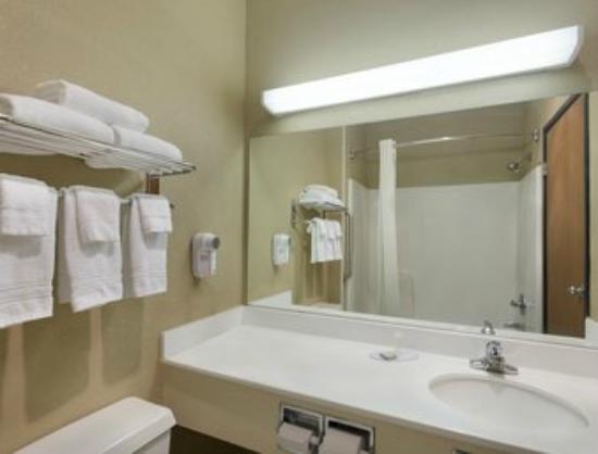 Super 8 Lees Summit: BATH ROOM