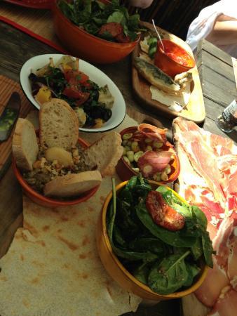 Villa Smeralda: le menu de légumes près d'un assortiment d'entrées