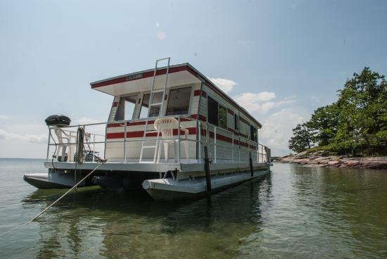Houseboat Holidays - Private Day Charters : At the sandy beach swimming bay on Leek Island