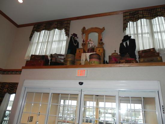 Country Inn & Suites By Carlson, Lancaster (Amish Country): A nice decoration above the front lobby door