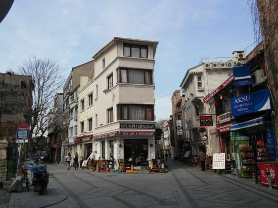 Taya Hatun Hotel: Отель стоит на развилке, учшие номера в торце. Слева парк, справа - кафе и пиццерия.