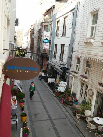 Taya Hatun Hotel: Вид из окна на улицу Тайя Хатун: кафе, стена парка, в конце улицы - вход в парк.