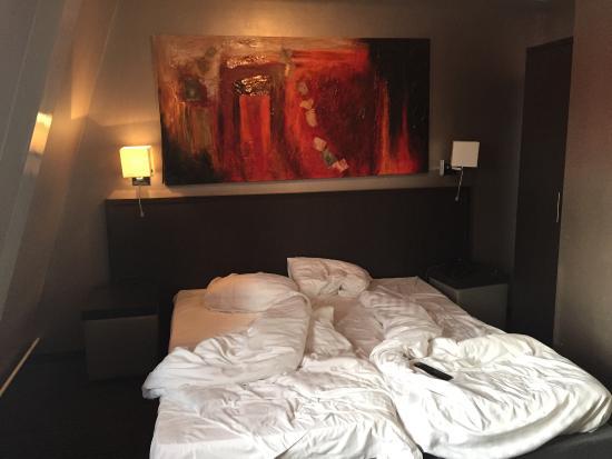 Hotel De Duif : Our room- cozy, modern, big big tv- no lift !