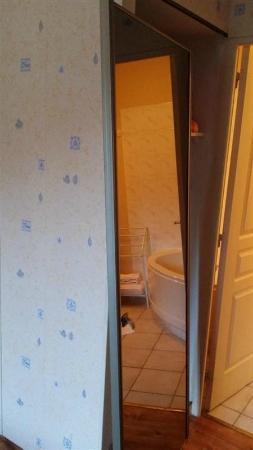 Saint-Just-en-Chevalet, ฝรั่งเศส: La porte de l'armoire à glace sortie de ses gonds