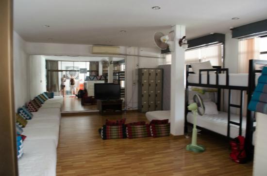 Aonang Backpacker Hostel: El dormitorio con TV
