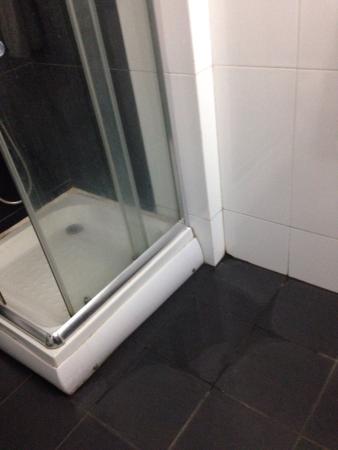 Ceylan Lodge: Pavimento bagno quando siamo entrati in stanza