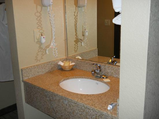 Super 8 Rochelle: Very Clean Bathroom