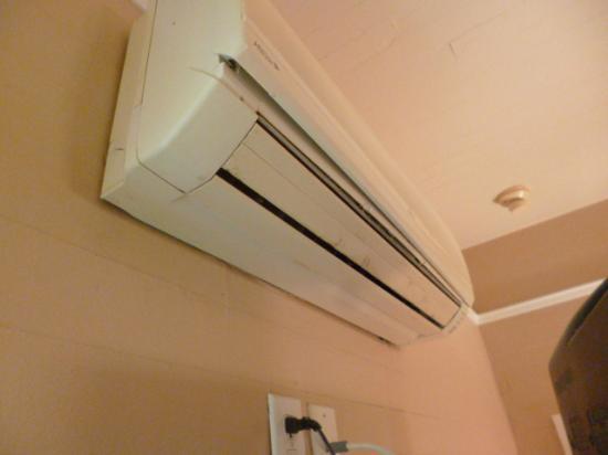 Frances Street Bottle Inn: Nicht mehr in Betrieb befindliche Klimaanlage (verdreckt)