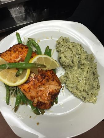 4 Sisters Wine Bar and Tapas Restaurant: Asian Salmon with basmati rice and fresh green beans
