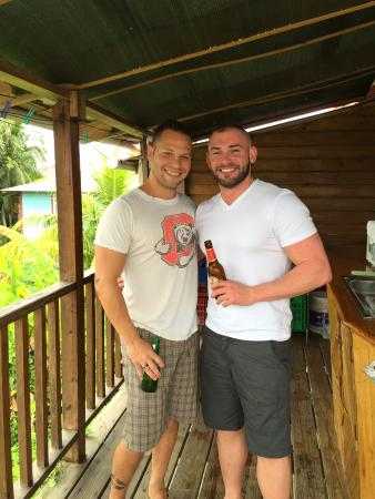 Hotel Lula's Bed and Breakfast: Beer from the community fridge with one of the owners