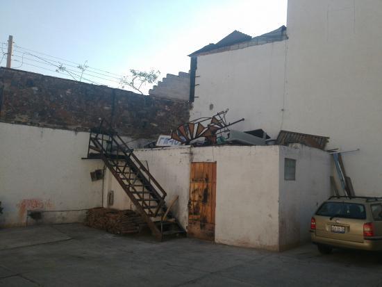 Hotel Colonial: Estacionamiento