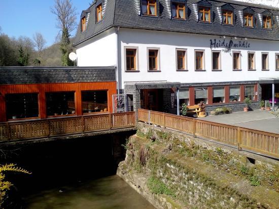 Heidsmühle: Gastraum über Bachlauf