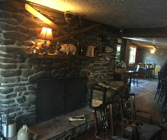 Jay Village Inn : Nice fireplace!