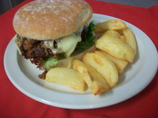 Rainton, UK: Huge burgers and homemade chips