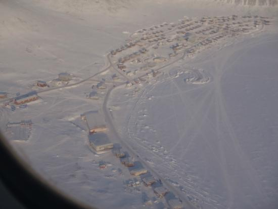 Baffin Island : Arctic Bay from the air
