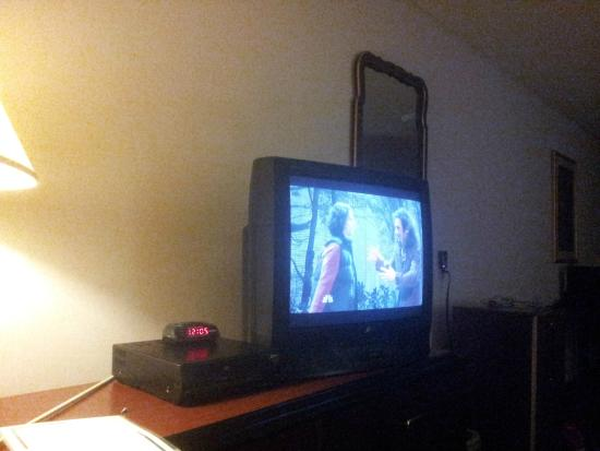 Roosevelt Inn & Suites: Old TV and VHS/VCR
