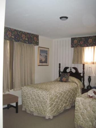 The Sparhawk Oceanfront Resort: Twin bedroom with full onsuite