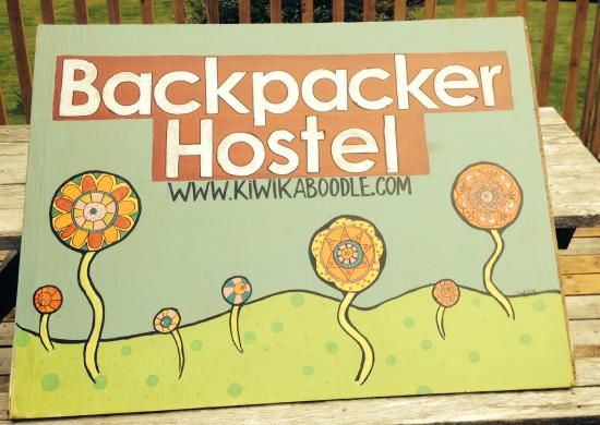 Kip & Kaboodle Backpacker Hostel: The sign on the road