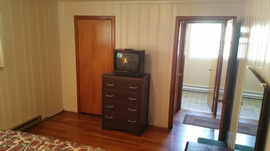 Colfax, WA: Bedroom TV and closet