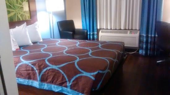 Super 8 Louisville Airport: Queen bed