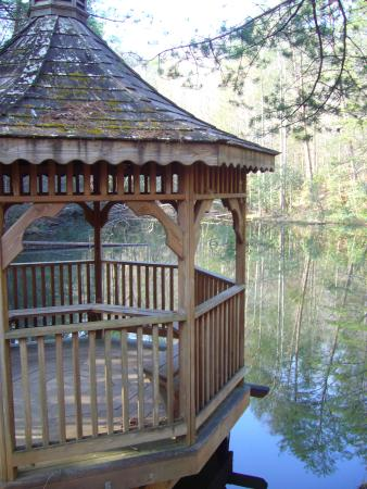 Cottages at Spring House Farm: Gazebo By Trout Pond