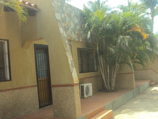 Villa Cabo Blanco: Fachada desde la calle