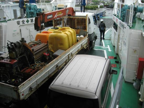 フェリーは大型のバスやトラックが2台も入ると結構一杯です