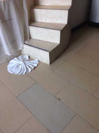 Sky Dome Resotel: Fliesenboden beschädigt