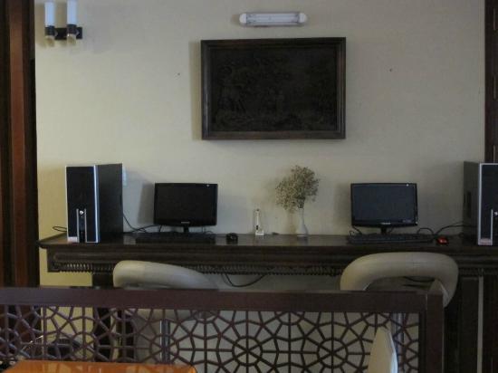 Maidza Hotel: computer near lift lobby