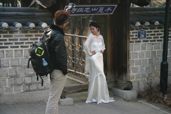 Namsangol Hanok Village: Beautiful bride,indeed beautiful.