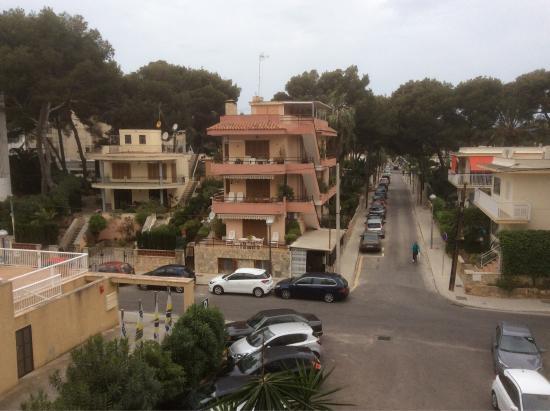Hotel Palma Playa : Blick aus dem Zimmer auf die Strasse, Strand ist links