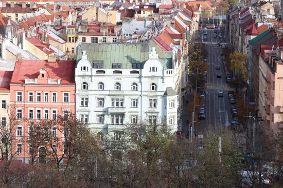 Hotel Union Prague: Вид на отель со стен Вышеграда.