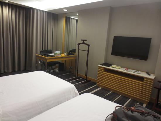 Lao Plaza Hotel: TV and workstation