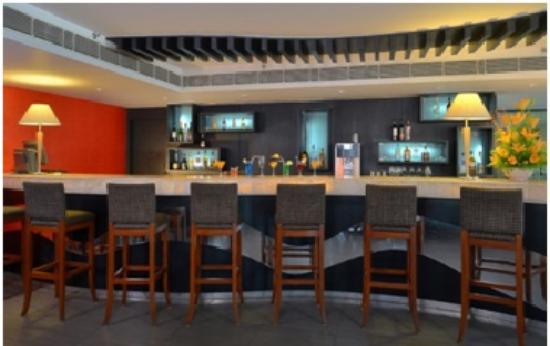 Savoy Suites Manesar: bar