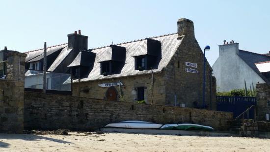 Crêperie le Presbytère: La façade depuis la plage