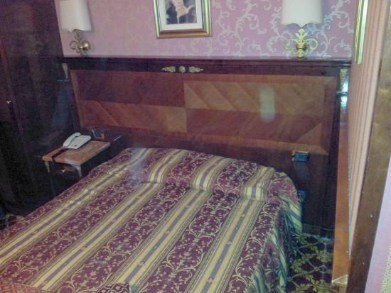 Hotel Vittoria : La prima camera che ci hanno dato: notare la parete a 35cm dal bordo letto