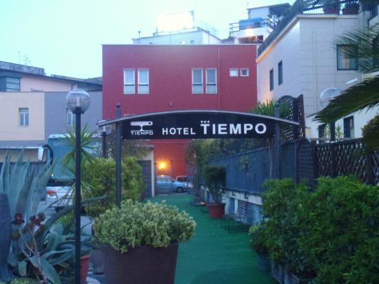 Hotel Tiempo: getting to the entrance from via galileo farriris