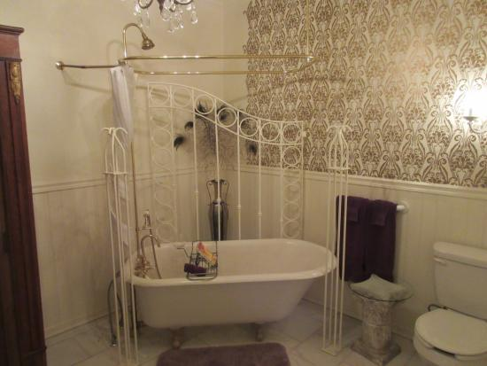 Dauphine House Bed and Breakfast: Delightful bathroom