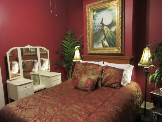 Dauphine House Bed and Breakfast : lovely bedroom