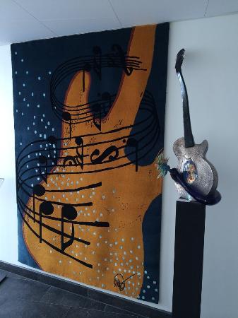 Kosta Boda Art Hotel: Kjell Engmans designade konstverk är en dröm att se.  Här både gitarr i glas samt mattan på vägg