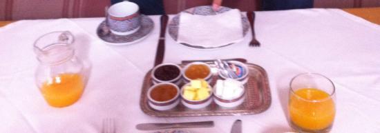 Riad Nerja: Desayuno: zumo de naranja recién hecho+ café. Panecillos con mermelada, queso o mantequilla