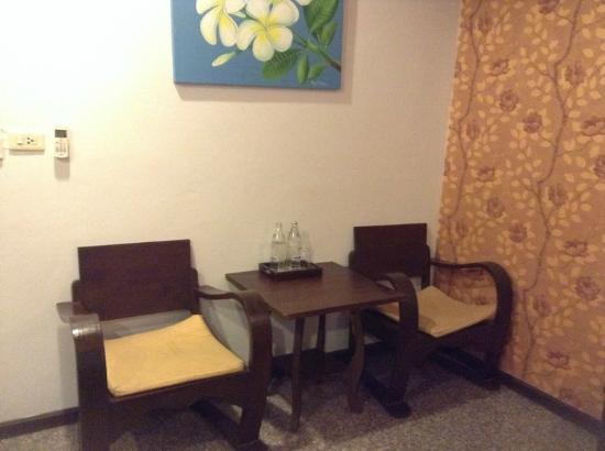 Royal Panerai Hotel Chiangmai : เฟอร์นิเจอร์ในห้อง