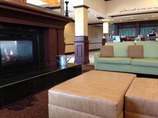 Hilton Garden Inn Dayton Beavercreek: Lobby Fire Place and Seating